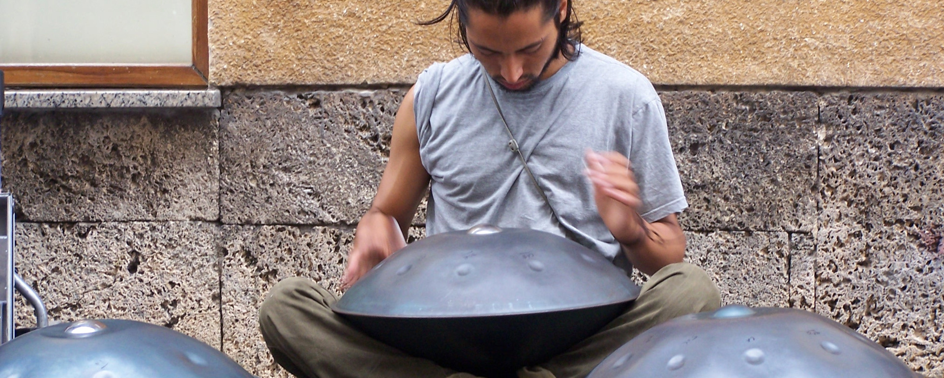 tocando el handpan hangdrum en la calle
